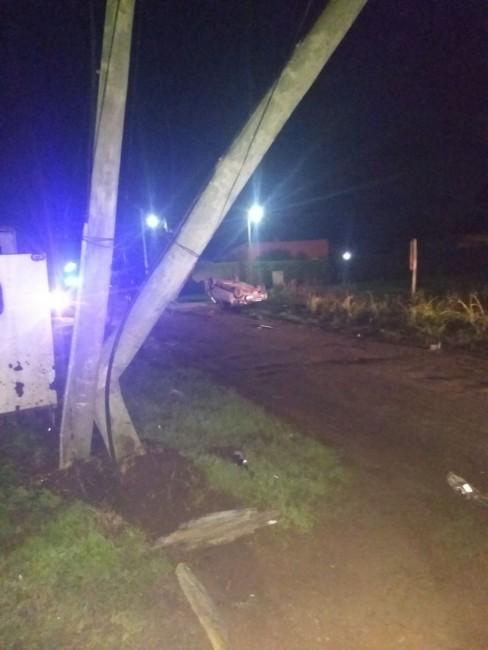 Chocó un poste, volcó el auto y la policía lo encontró a metros del ve
