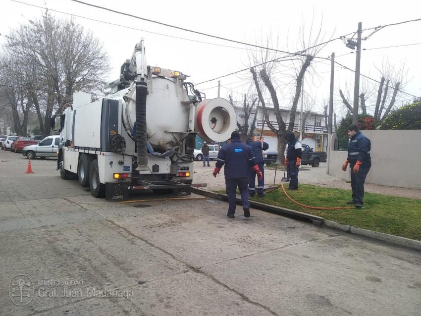Defensa civil trabaja en la limpieza de bocas de tormenta con un camió