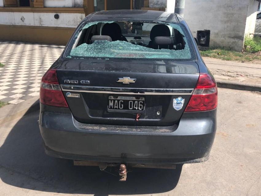 Atacaron un auto y le destrozaron la luneta trasera en una disputa vec
