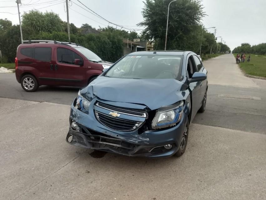 Un auto impactó contra una columna de luz luego de chocar con otro veh