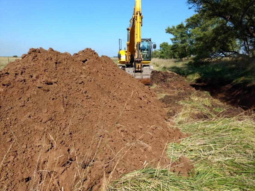La Caser trabaja en el zanjeo y acopio de 10 km de camino