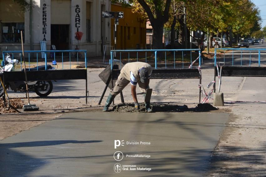 Reparan un importante bache sobre calle Rivadavia