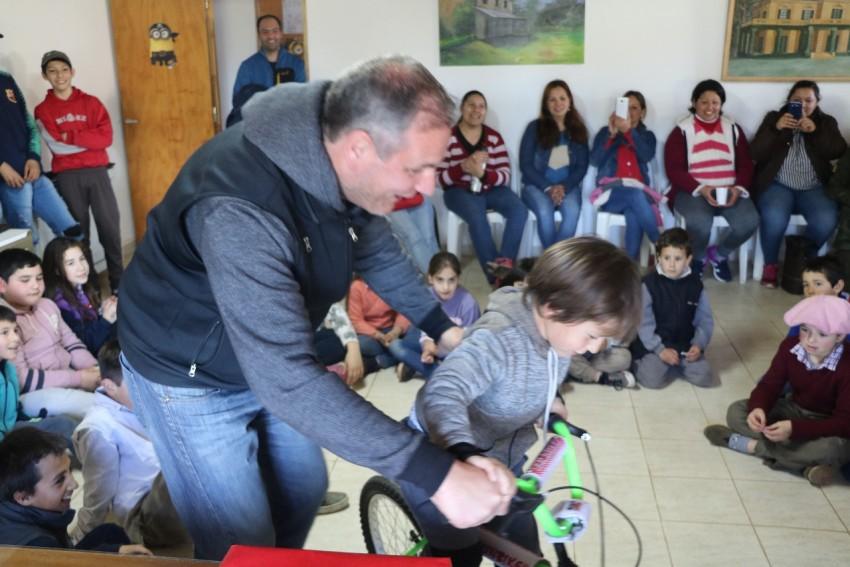 Los niños de Macedo festejaron su día con juegos, paseos de autobomba