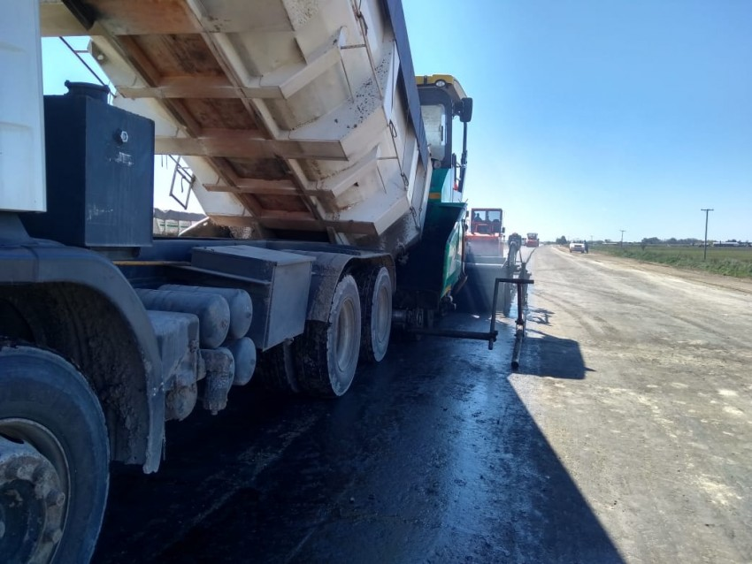 Avanzan los trabajos de asfaltado de la segunda mano de la Ruta 56