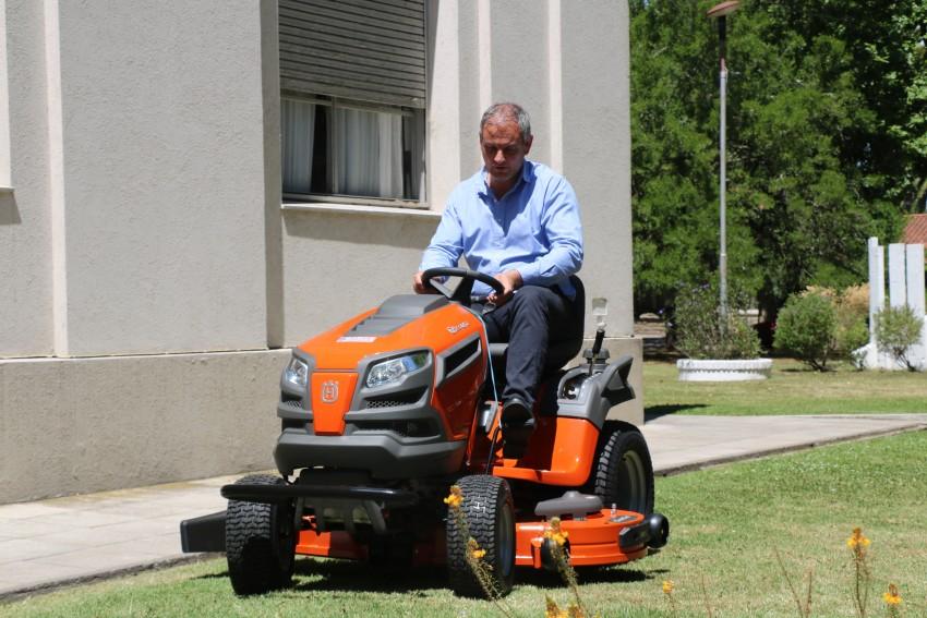 El municipio adquirió un tractor de cortar césped