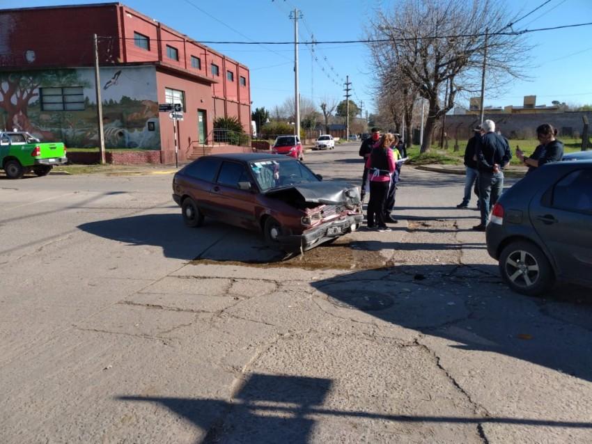Dos autos colisionaron y un hombre fue traslado al Hospital