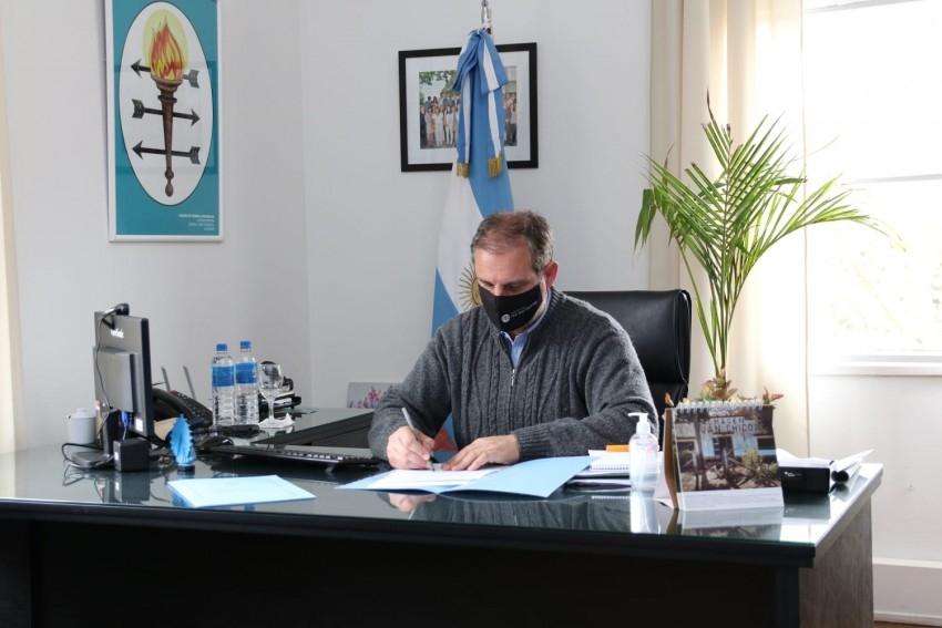 Santoro firmó el permiso de uso para que la Comisaría de la Mujer comi