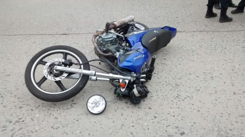 Chocó una camioneta y le secuestraron la moto
