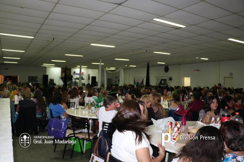 Las mujeres festejaron su día con una cena show