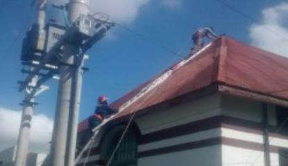 Bomberos ayudaron en la reparaci�n de techos del Hospital