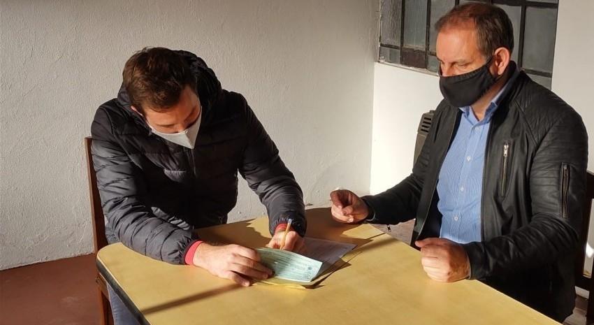 Santoro otorgó un cheque al CEMA para la compra de una cocina industrial