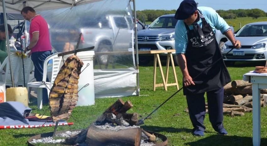 Concurso de asadores: el fuego ya cocina la carne