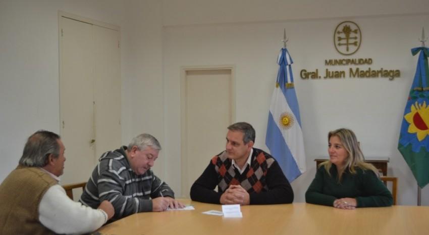 Esteban santoro entrega pensiones no contributivas