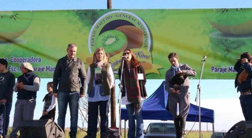 Los organizadores de la Fiesta del Kiwi dieron la bienvenida al público y agradecieron las muestras de apoyo y cariño