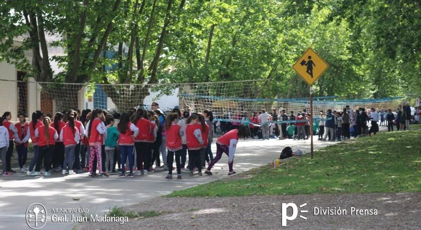 Inició el encuentro deportivo de vóley en las instalaciones de la Escuela Tuyú