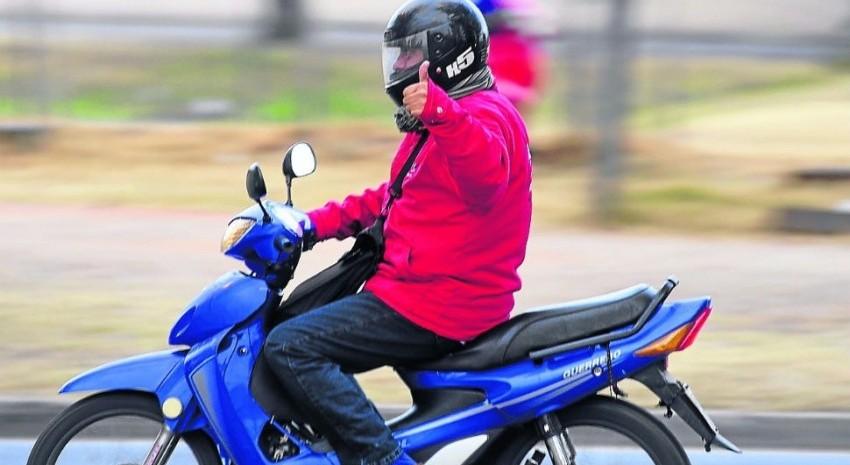 Persona con casco circulando en moto