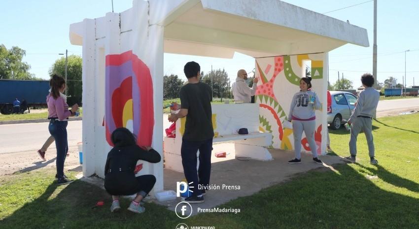 Alumnos de la Secundaria Nº 6 realizan un mural de pintura en una garita de colectivos
