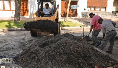 Trabajos de bacheo en calle Belgrano