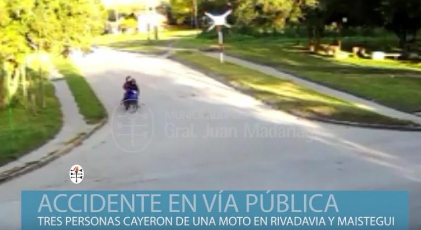 Tres personas en una moto, calle Maistegui y Rivadavía